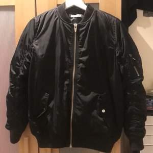 Har köpt denna bomber jacka men va inte min stil. Finns i kallhäll