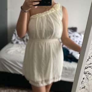 En väldigt fin klänning, i bra skick använt enstaka gång (frakt ingår i priset)