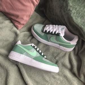 Custom Nike air force 1 i olika gröna nyanser. Går att köpa på vår instagram, stainscustoms. Pris: 1300 kr inklusive frakt. 💖