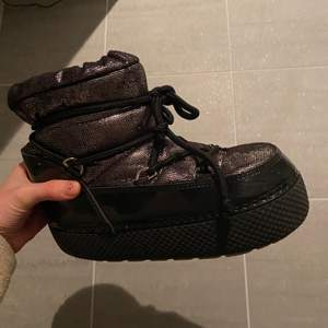 Säljer dessa jätte fina skor ifrån zalando❤️ de är inte jätta sköna men funkar! Lite trasiga innna med inget som känns eller kommer vara något man störs sig på
