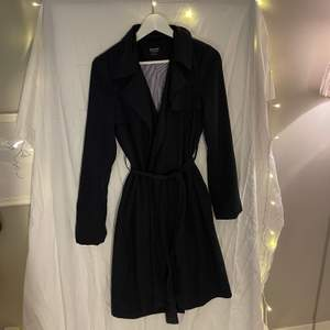 Reserved kappa i svart storlek 36/s. Nypris: 600kr. Nyskick aldrig använd