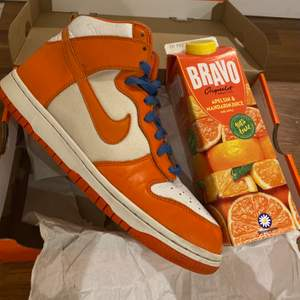 "NIKE DUNK HIGH ""Blaze Orange Syracuse ""🥤(2009) super limited !  OOS WW   Size: 9us - 42.5 EU  Condition: 7/10 worn and use, mini flaws & dirt -(due to time)  Only Shoes - Rep Box 📦   Start BID: 3200 SEK  Minimum raises: 100kr"