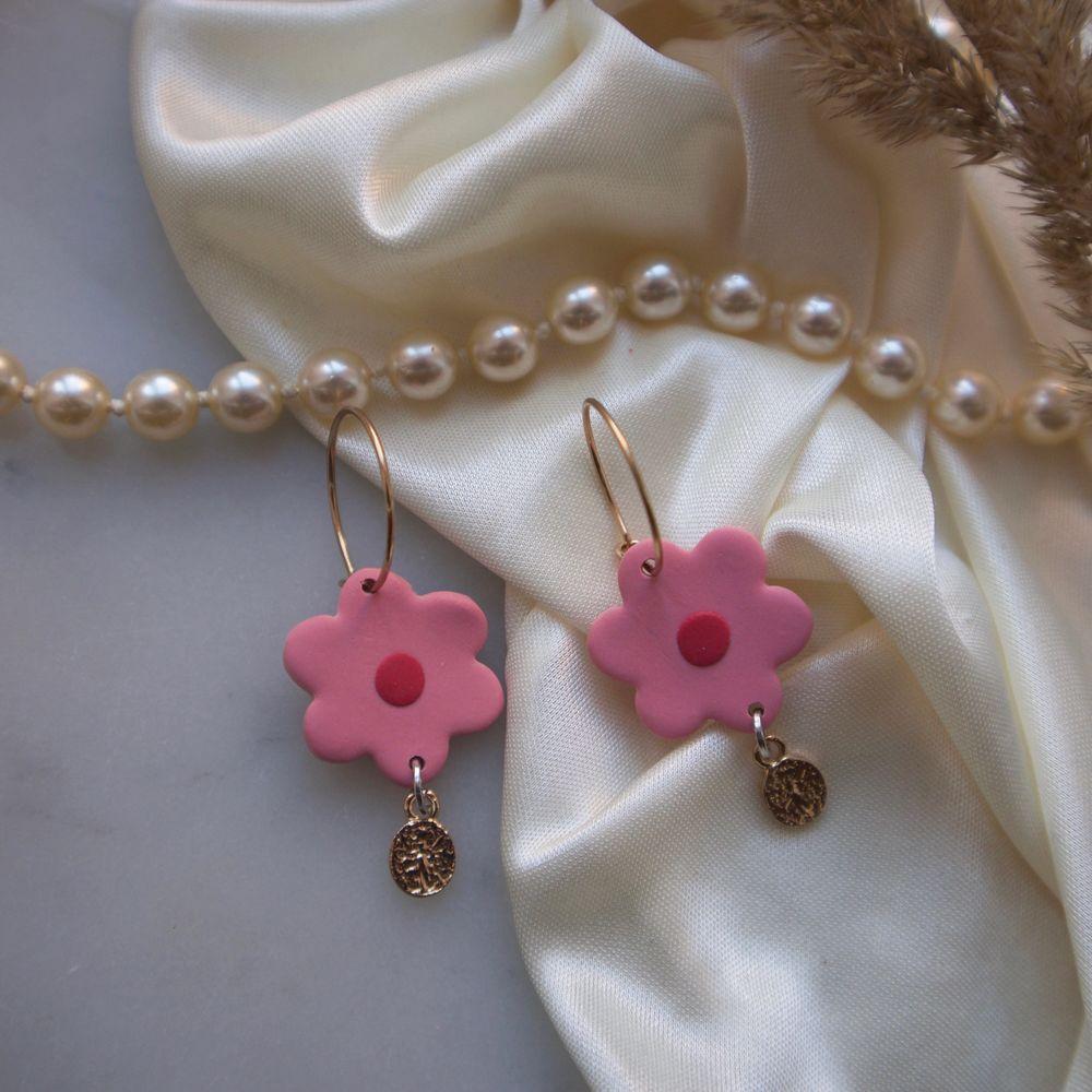 Handgjorda örhängen i polymer lera!🥰 Superfina rosa blommor med guldiga detaljer! Blomman är 2cm❤️ Har fler andra örhängen uppe på min sida!. Accessoarer.