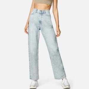 Straight off jeans från jankyard. Har klippt dom själv lite kortare inte haft dom mer en ett år ny pris 499kr