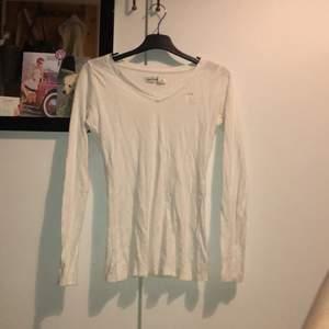 Långärmad vit tröja, rätt tight speciellt i armarna, passar står storlek m men tror den passar mer xs och s. Skriv privat för fler bilder och bilder med den på:)
