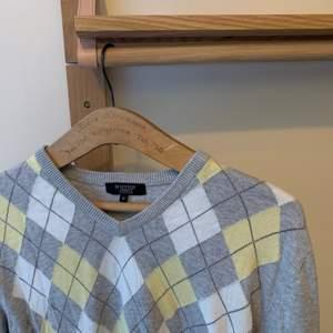 En fin rutig tröja, använd några få gånger, säljer pga att jag rensar min garderob. ordinarie pris: vet inte Storlek: m Hör av er vid intresse eller för mer bilder♡  Pris är exklusive frakt. Frakt kostar 44kr