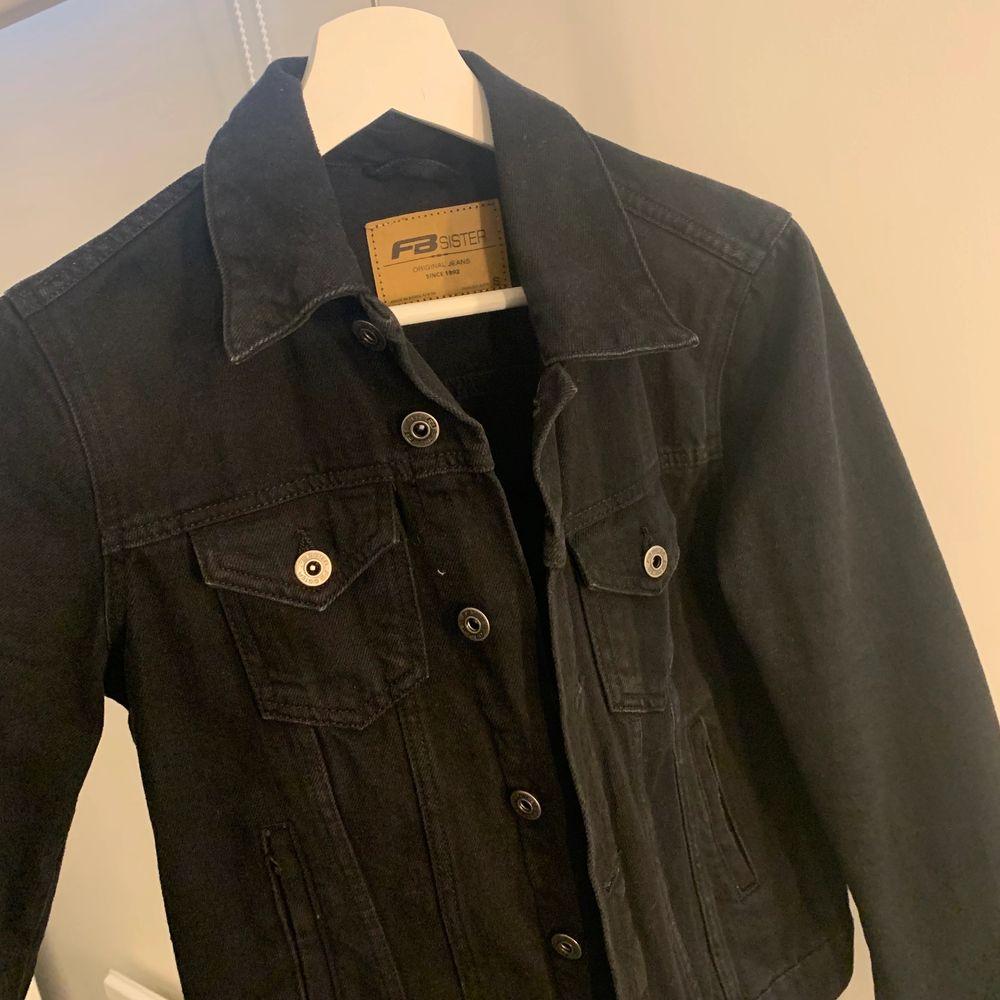 Denna svarta jeansjackan i storlek S är i bra skick. Har bara använts ett fåtal gånger, eftersom att den inte har kommit till användning. Jättefin passform. . Jackor.