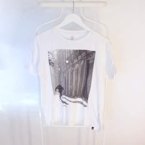 Go vintage T-shirt från Element i Gött skick! Storlek: M/LDirekt pris: 50kr, Skriv buden till mig privat eller kommentera på bilden!  Kan även mötas upp mellan Varberg & Göteborg Köpare står för frakten (Du bestämmer vilket paket så länge det uppfyller vikt och storleks kraven)