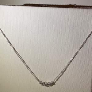 Väldigt fint halsband som aldrig blivit använd