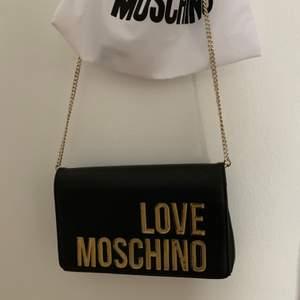 Liten väska med gulddetaljer ifrån Love Moschino, äkta. Köpt för 1200kr. Dustbag finns kvar!🥰 Köparen står för frakten. Pris: 250kr 🤩