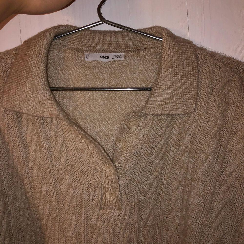 Lätt stickad tröja från Mango som passar perfekt till våren:) Tröjan är i en superfin beige färg och väldigt mjuk i materialet, sticks inte alls. Sparsamt använd. Nypris 349kr. Köpare står för frakt. . Stickat.