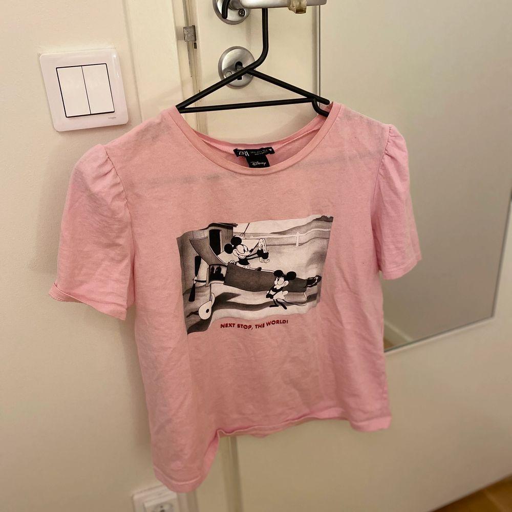 Rosa T-shirt i en vanlig Small storlek, tröjan är från Zara💛💗. T-shirts.