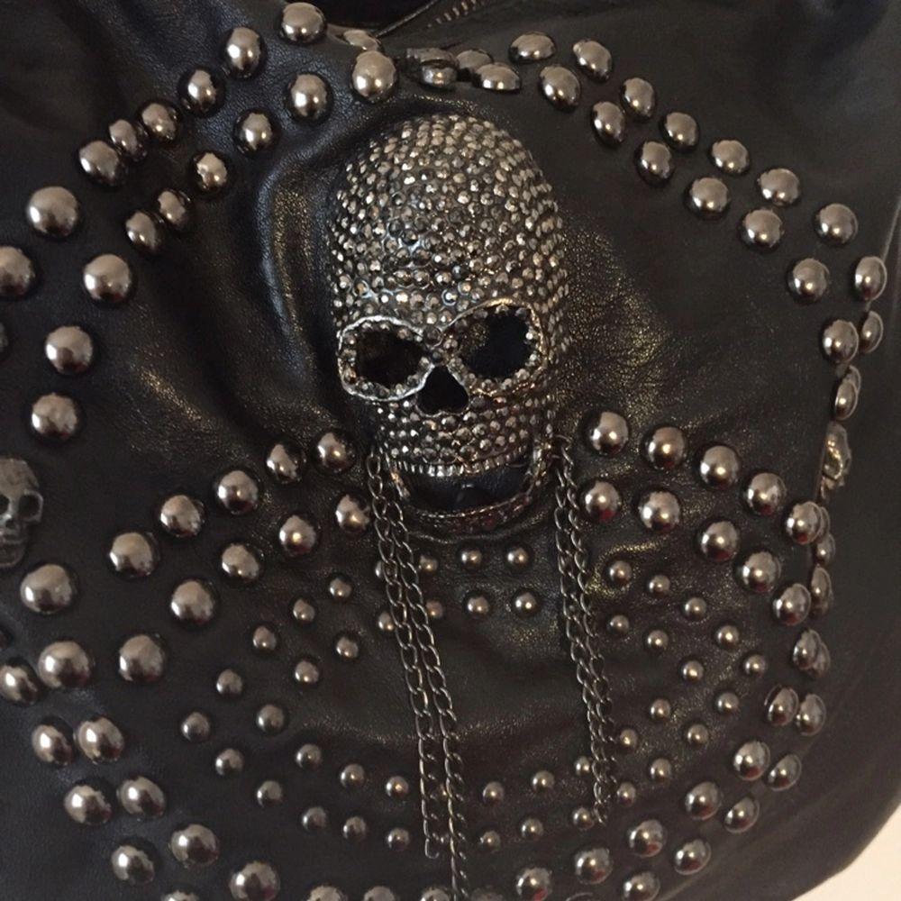 Snygg helt oanvänd väska i läderimitation.  Kan mötas upp i Stockholm, annars betalar köparen frakten! . Väskor.