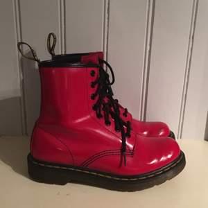 Dr. Martens, lackade röda boots. Tar swish! Ord pris 1200.