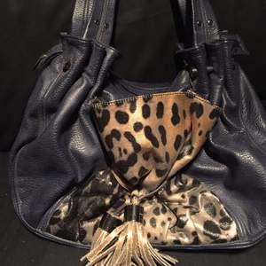 Fin väska köpte från Åhléns  Knappt använd  Smsa gärna 0737632397
