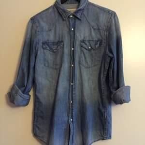 Jeansskjorta från H&M, herravdelningen strl S. Helt klart unisex. Passar S-M i dam (beroende på hur en vill de ska sitta). Frakt tillkommer.