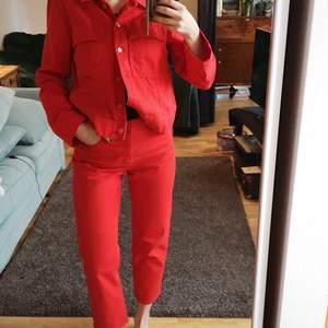 Ett riktigt färgstarkt set i jeans! En lysande röd färg som man verkligen blir glad av och otroligt bekvämt.