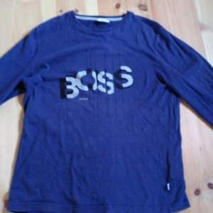 Hugo Boss tröja som är i storlek xs. Tror att den inte är äkta. Köparen betalar frakt
