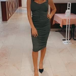 En grön knä klänning