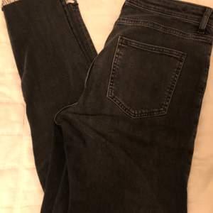 Supercoola och snygga svarta jeans från H&M med blomdetaljer vid ena låret och ena vaden 😍 (Kan mötas i Hbg men kan även frakta, isåfall står köparen för fraktavgiften!)