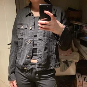 Snygg svart jeansjacka!!