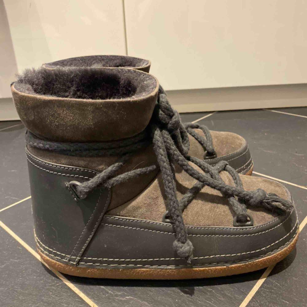 Säljer mina inuikiis! De är i storlek 38 och är sparsamt använda😇 inga defekter! Nypris: 2000kr. Skor.