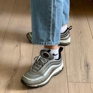 Nike Air Max 97 i silver, strl 40. Köpta för 1700 kr i Köpenhamn, använda men i fint skick. Missfärgningar på yttre delen av skorna, därav priset. Frakten ingår i priset. Skicka pm vid intresse!