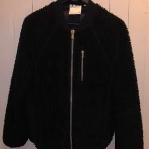 Säljer min älskade teddy jacka!den funkar att ha som hoodie under en jacka eller som enbart jacka! Riktigt gosig och i fint skick😌 den har fickor på sidorna och en vid bröstet. Satin inuti✨ orginalpris ca :1500🦋 köpte den i woodwoods egna butik i Köpenhamn! det är en colab med woodwood och champion
