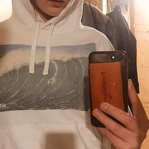 En vit The Cool Elephant hoodie i storlek S. Säljer pga att jag tycker den blivit lite för liten! Trycket har blivit lite slitet efter den tvättats men jag tycker nästan det ser coolare ut så! Den har även nopprat något, se bild 3. Den är köpt för 600+ :)