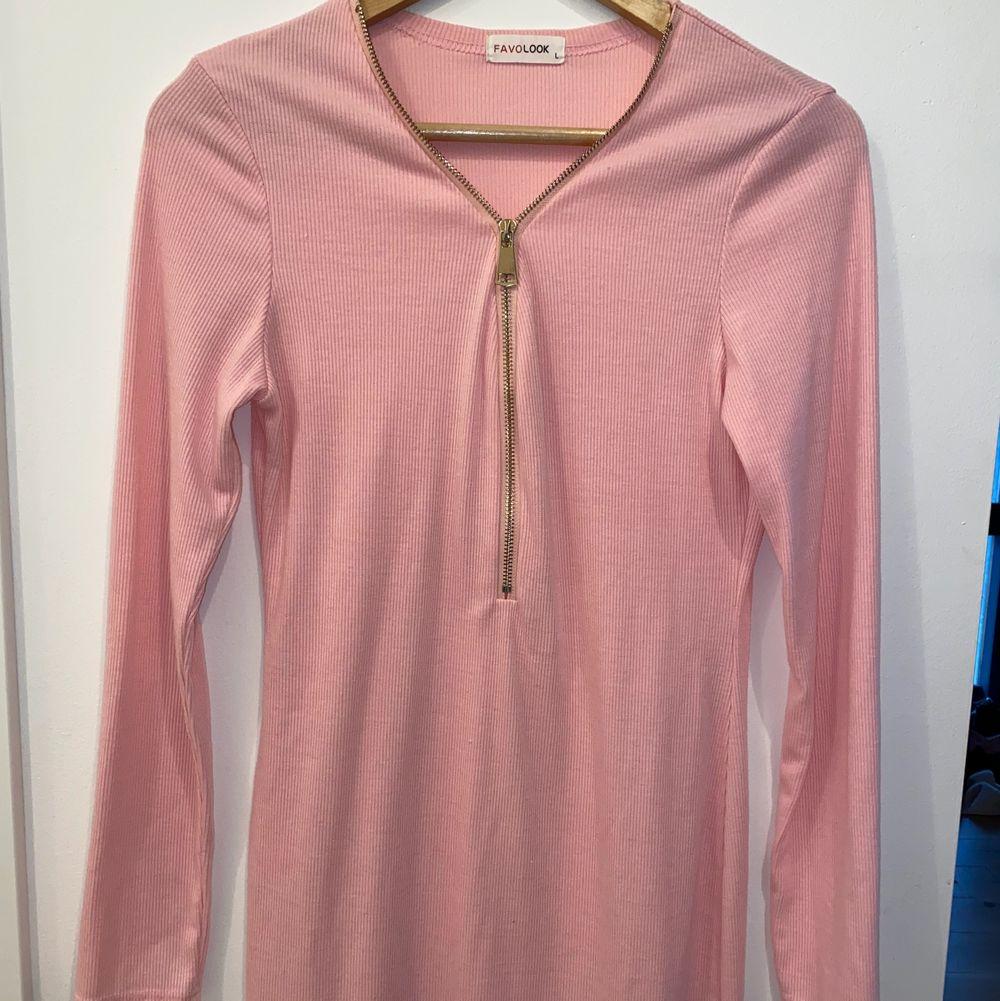 Rosa kort klänning med dragkedja fram. Storlek L men passar M också.. Klänningar.