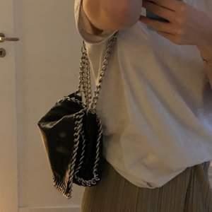 Säljer nu denna Tiamo väska köpt på scorett för 500 kronor. Inga skador eller annat+frakt tillkommer
