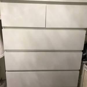Jag säljer min byrå från Ikea som jag har haft i 6 månader men säljer den nu för har ingen användning för den.  Den har sex perfekta lådor med bra utrymme för kläder eller annat. Den är 80x123 och jag köpte den för 995 men säljer den för 500 kan diskuteras. Det är mycket bra skicka och har tagit bra hand om den.