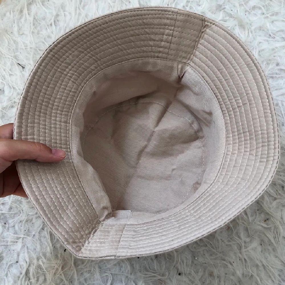 En beige buckethat som är helt oanvänd. Verkligen jättefin men tyvärr så är buckethats inte riktigt min stil😔💕   Köparen står för frakten på 44 kr<3 Betalning sker via swish<3  (Bilder lånade från förra säljaren). Accessoarer.
