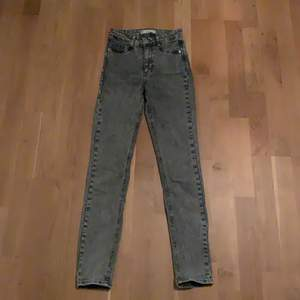 Säljer nu dessa gråa Molly jeansen ifrån Gina tricot i storlek XS💕 De är sparsamt använda och i fint skick utan defekter. Priset är exklusive fraktkostnaden. Vid behov av fler bilder och/eller mått kom gärna privat 😊