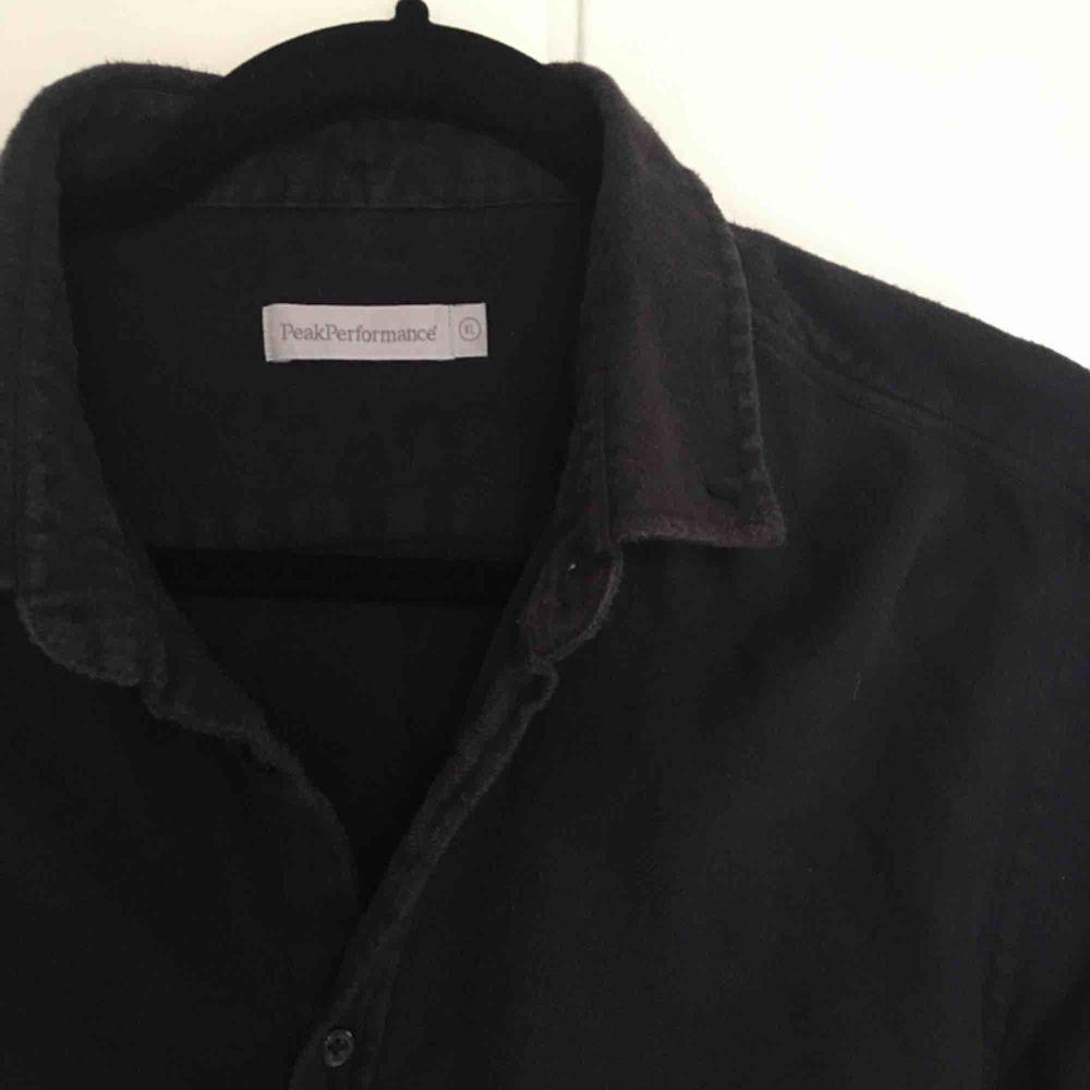 Peak Performance skjorta köpt secondhand i mjukt små-lurvigt tyg🖤 Storleken är XL, men jag skulle snarare säga att den sitter oversized på en M - person. Lite frakt tillkommer. . Skjortor.