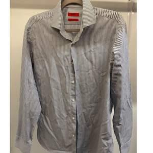 Säljer denna mörkblå/vit randig skjorta ifrån hugo boss. orginalpris 700-800 kr. Storlek 16/41 ungefär L. Skit snygg att piffa upp outfiten.💞🥺{SÄNKT PRISET}