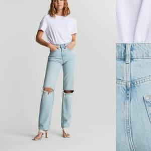Ett bar ljusblå jeans från zara. Köpta här på plick och använt mycket men säljer vidare då de är i fint skick. Har lite slitningar här o där eftersom stilen på jeansen är ripped.