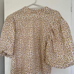 Blus från Gina tricot i storlek 36! Använd fåtal gånger.