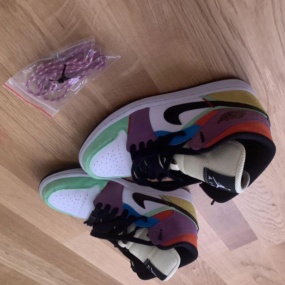 Hade dem på mig 2ggr så de är knappt använt . Skor.