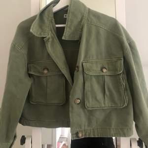 Superfin, militärgrön oversized men croppad jacka, strl M, från Gina tricot. Köpt förra året, men bara använd ett fåtal gånger. Nypris 499. Säljer då den inte riktigt är min stil!
