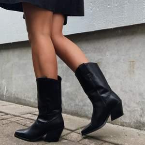 Säljer mina URSNYGGA cowboy boots, så fina att ha till allt från klänningar till kjolar eller byxor🌼 endast använda 1 gång på studentmottagning. Svarta, spetsig tå med lite brodyr på ovansidan. Strl 38. Passar mig som varierar mellan 37/38! Buda från 600!