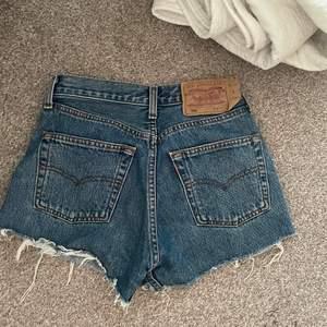 Ett par vintage levis shorts i modellen 501, passar mig med w24, skulle även passa w25. Märkta w27 men det är vintagestorlek så man får räkna ner en eller två storlekar.
