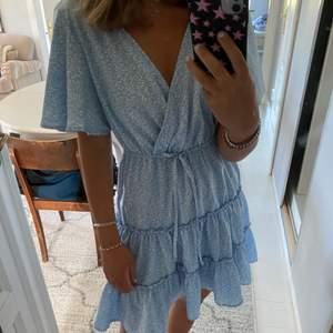 Så fin klänning som köptes förra sommaren, bra skick säljer pga att det inte riktigt är min stil längre och den kommer inte till användning💙 passar storlekar mellan S och L då den är strechig!!