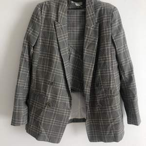 Grå rutigt matchande set från H&M i storlek 38, har använt kavajen ett fåtal gånger men kjolen har prislappen kvar, 150kr styck eller 200kr för både kavajen och kjolen 🤍 köpare står för frakt 📦
