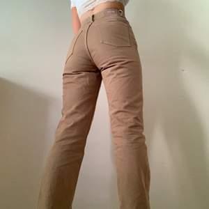 Jeans från weekday i modellen rowm. Säljer då de är lite för små för mig men förövrigt sjukt snygga🥰