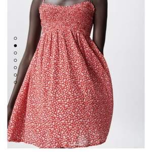 Kjempe søt Zara kjole som er helt ny! Jeg bestilt den og den er kun prøvd på. Kan passe alle fra xs-m dersom den er stretchy. Passer perfekt over bikini som en strandkjole🌸 Den er helt utsolgt hvertfall når jeg sjekka💕 Jeg kan sende flere bilder dersom det er interesse for det.