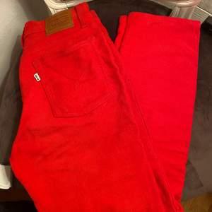 Säljer nu mina röda straight leg Manchester byxor från Levis. De är i en så fin röd färg vekrligen men tyvärr är de för korta på mig…använda högst 2ggr, nypris på Levis 999kr - mitt pris 400kr❤️