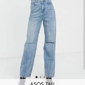 Snygga jeans från Asos i storlek 28/36. De är från Tall kollektion, men för mig som är 180cm är de för korta. Om man är kortarde kommer de sitta supersnyggt och lite mer baggy.  De är använda men i bra skick.
