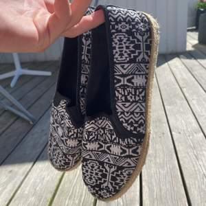 Sköna sommarskor i storlek 39! Fint använt skick 💗 minns inte var dom är ifrån! Slip-in modell och perfekta till stranden eller andra tillfällen!
