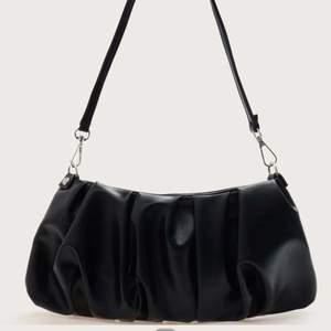 Säljer denna oanvända väska ifrån Shein. 80kr+frakt 💞30cm lång och 12cm hög